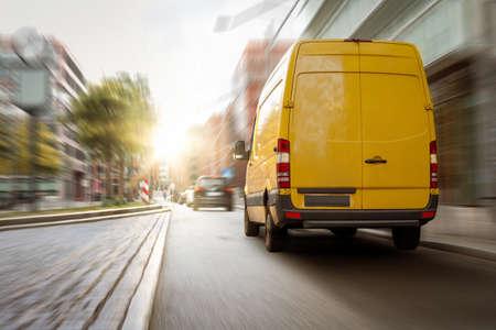 Delivery van driving in the city 版權商用圖片 - 154899967
