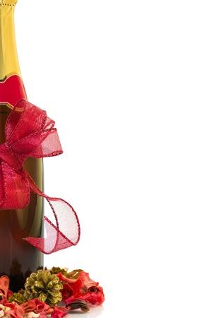 赤いクリスマス弓とコピー領域と白い背景の上の装飾とシャンパン ボトル