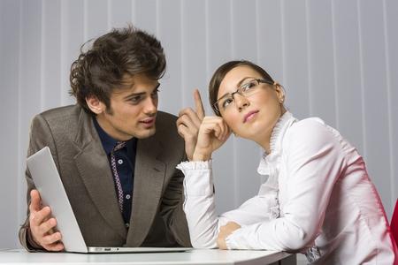 ハンサムな青年実業家彼抽象化、哀愁を漂わせ、仕事で離れてビジネス女性のパートナーを探してさせようとしています。