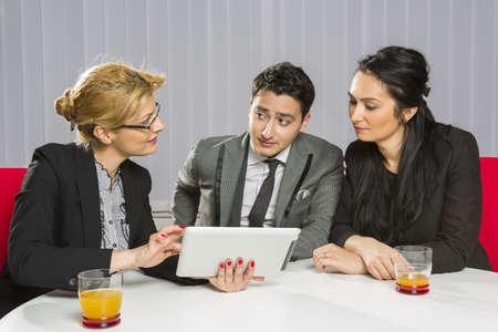 Tres personas de negocios discutir y planificar juntos durante una reunión en la oficina. Foto de archivo - 18622798