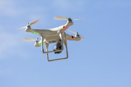 ブカレスト、ルーマニア - 可能性があります 12 Quadrocopter ドローン ハエのビデオや写真の制作のためマウント GoPro Hero2 デジタル カメラ 2013 年 5 月 12
