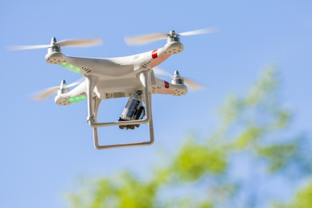 techniek: Boekarest, Roemenië - 12 mei QuadroCopter drone vliegt met gemonteerde GoPro Hero2 digitale camera voor video en foto producties op 12 mei 2013 in Boekarest, Roemenië Redactioneel