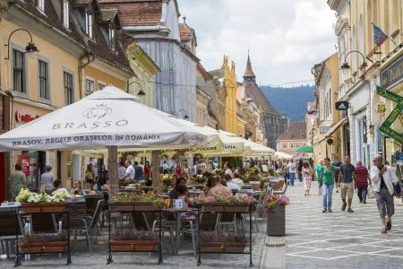 ブラショフ、ルーマニア - 7 月 26 日の混雑したカフェ、ブラショフ、ルーマニアのブラショフで 2013 年 7 月 26 日に共和国通りを散歩の人達は 7 最大