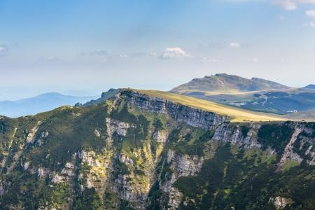ブチェジ山地、カルパティア山脈、ルーマニアで晴れた日に Bucegi 高原の美しい風景です。