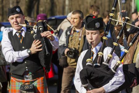 伝統的なアイルランドのバグパイプ バンドはブカレスト、ルーマニアの 2014 年 3 月 16 日に聖パトリックの日パレードの第 2 版を祝う
