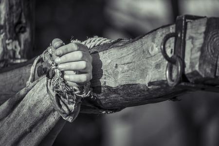 clavados: Mano clavada en la crucifixión cruz de madera de Jesús Chris blanco y Negro Foto de archivo