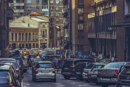 mermelada: Bucarest, Rumania - 14 de abril 2014: Hora punta, atasco de tr�fico, hacinamiento calle del centro de la ciudad de Bucarest, la capital y la ciudad m�s grande y pr�spera de Rumania.