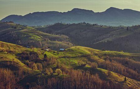 ルーマニア ブラショフ県 Rucar ふすま峠早朝日光の美しい田園風景。 写真素材