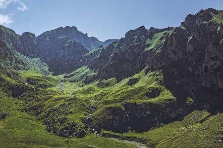 ブチェジ山脈、ルーマニアの広大な緑 Malaiesti 渓谷の美しい高山風景。ルーマニアの観光地、観光名所。 写真素材