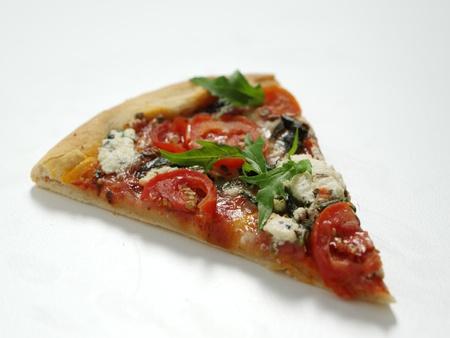 rebanada de pastel: Segmento de pizza en fondo blanco aislado