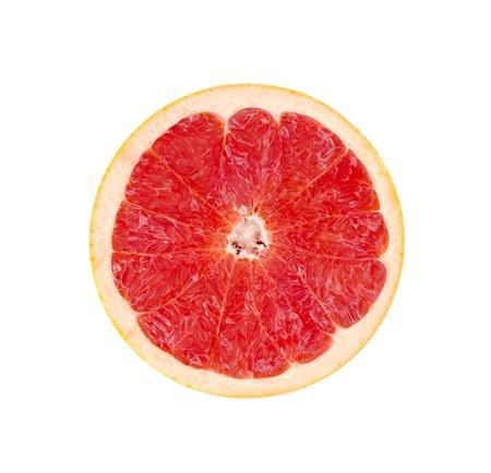 Porción de pomelo rojo sobre blanco