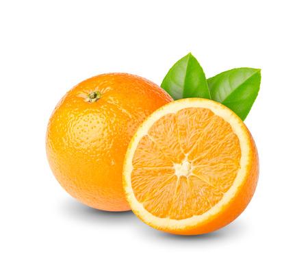 熟した: 緑と熟したのスライスされたオレンジ色の果物の葉に隔離されたホワイト バック グラウンド