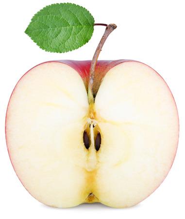 manzana roja: cortar la mitad de una manzana con una hoja verde aislado en blanco Foto de archivo