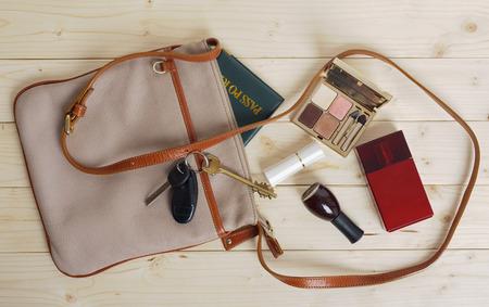 Bolso femenino con una variedad de objetos personales Foto de archivo - 34195058