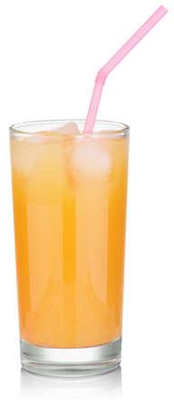 vaso de jugo: vaso de zumo de naranja con hielo y una pajita rosa. Aislado en blanco con trazados de recorte Foto de archivo