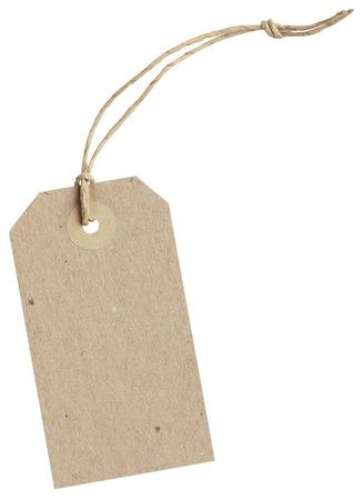bruin papier tag met string op een witte achtergrond met het knippen van wegen Stockfoto