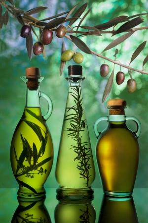 aceite de cocina: distintas variedades de aceite de oliva Foto de archivo