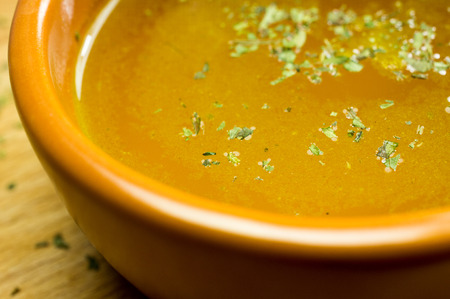 soup with chicken: Caldo, caldo, caldo en una olla de barro, primer plano