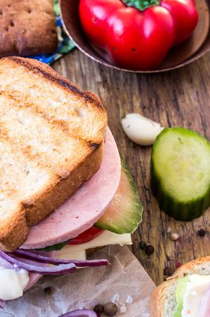 jamon y queso: S�ndwich de jam�n, queso, lechuga y pepinillos Foto de archivo