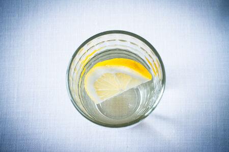 vaso de agua: Vaso de agua limpia con una rodaja de lim�n vista desde arriba Foto de archivo