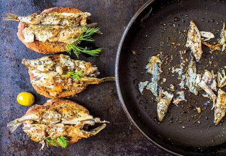 sardinas: Sandwiches, tapas con pescado a la parrilla, capelán, espadines, sardinas