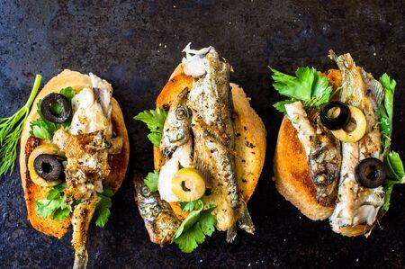 sardinas: Sandwiches, tapas con pescado a la parrilla, capel�n, espadines, sardinas