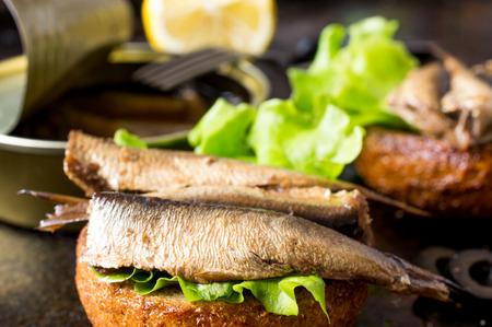 sardinas: Tapas bollo con sardinas o arenques ahumados Foto de archivo