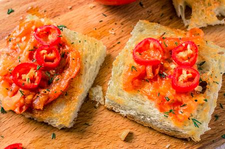 chiles picantes: Tostadas con tomates asados ??y pimientos