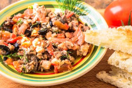 chiles picantes: Tapas, aperitivo espa�ol de pescado y verduras en un recipiente sobre una mesa con tomates y chiles.