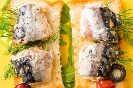 sardinas: Sándwich tostado asado con sardinas del Atlántico grandes en el aceite Foto de archivo