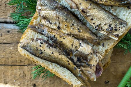 sardinas: Simple bocadillo de sardinas vista superior Foto de archivo