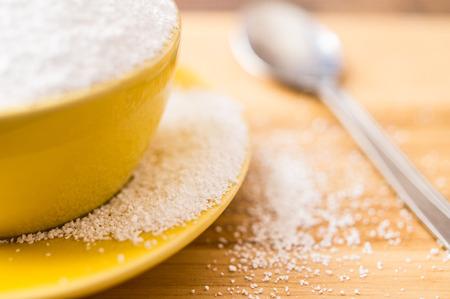 Natürlicher Süßstoff Sorbit wird aus der Tasse gegossen. Selektiver Fokus, closeup.