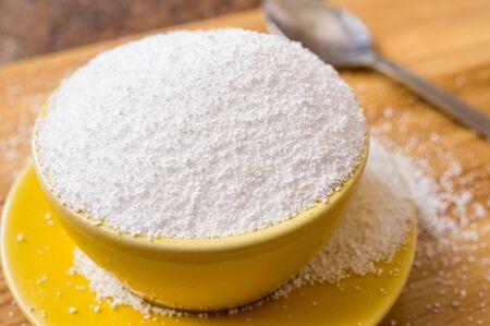 Cup von Sorbit, ein natürlicher Süßstoff auf dem Tisch neben einem Löffel. Nahaufnahme