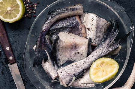 plato de pescado: Piezas de abadejo de pescado en vidrio con limón y especias