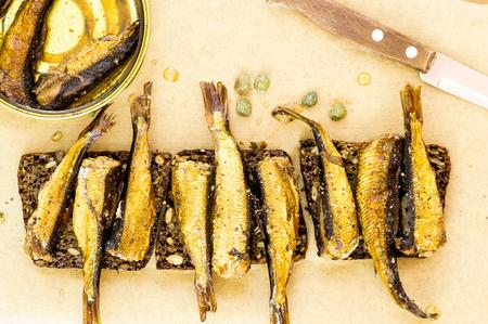 sardinas: Pan con sardinas ahumadas en la vista superior de la mesa