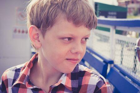 teenager thinking: Adolescente Muchacho que piensa y que mira lejos Foto de archivo