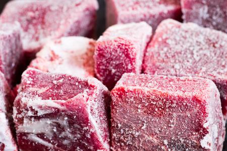 carne cruda: Piezas de carne congelada con escarcha de cerca la textura