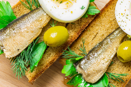 sardinas: Sardines on toasted bread with green olives Foto de archivo