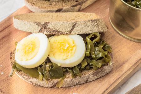 alga marina: Sandwich con ensalada de algas kelp y huevo Foto de archivo