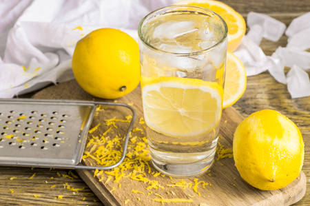 copa de agua: Glass of water lemon, zest and lemon and ice Foto de archivo