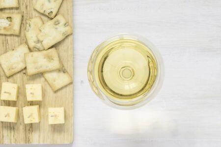 copa de vino: Vino blanco con queso y aperitivos vista superior