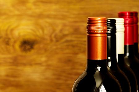 caps: Partes superiores de las botellas de vino con tapones de rosca para el fondo Foto de archivo