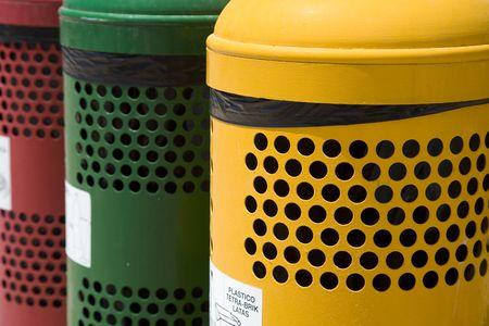 separacion de basura: Colorido contenedores de separaci�n de residuos en los espacios p�blicos. Foto de archivo
