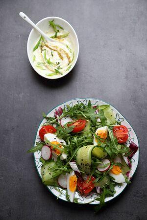 ensalada: Ensalada de verduras con aderezo de la casa sobre un fondo oscuro