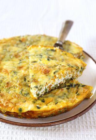 イタリア料理: 緑のエンドウ豆とサツマイモの fritatta。フォーカス選択