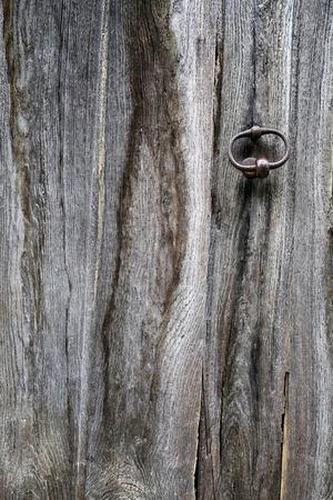 ferreteria: Textura: fragmento de una antigua puerta de madera con elementos de hardware Foto de archivo