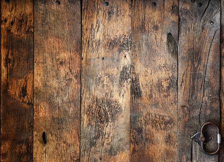 ferreteria: Fragmento de una puerta de madera antigua con elementos de hardware