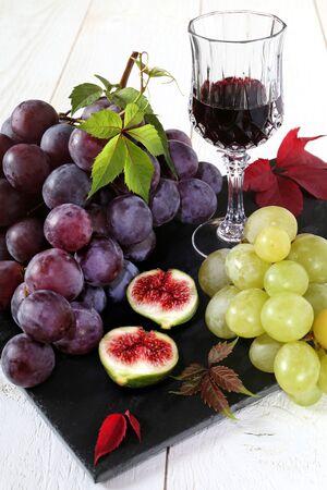 bodegones: Oto�o pieza de fruta: uvas rojas y verdes, higos maduros, vaso de vino tinto