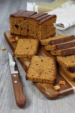 frutos secos: Pan de especias francés, cuchillo y frutos secos