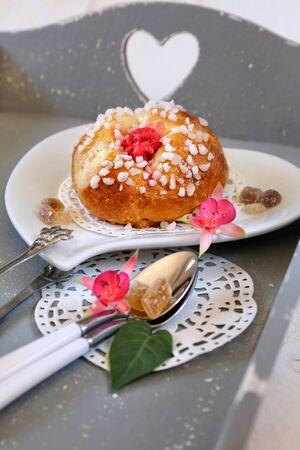 petit dejeuner romantique: Petit-d�jeuner romantique avec des fleurs fuchsia: douces p�tisseries fran�aises sur le plateau gris avec le coeur